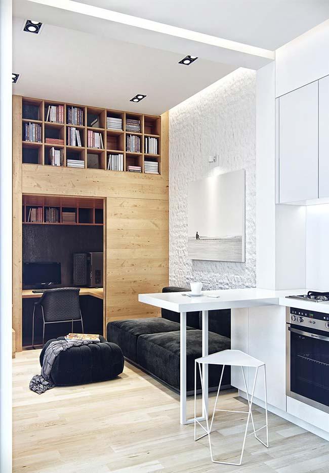 Sala, home office e cozinha integrados contaram com uma marcenaria inteligente para otimizar e decorar o espaço