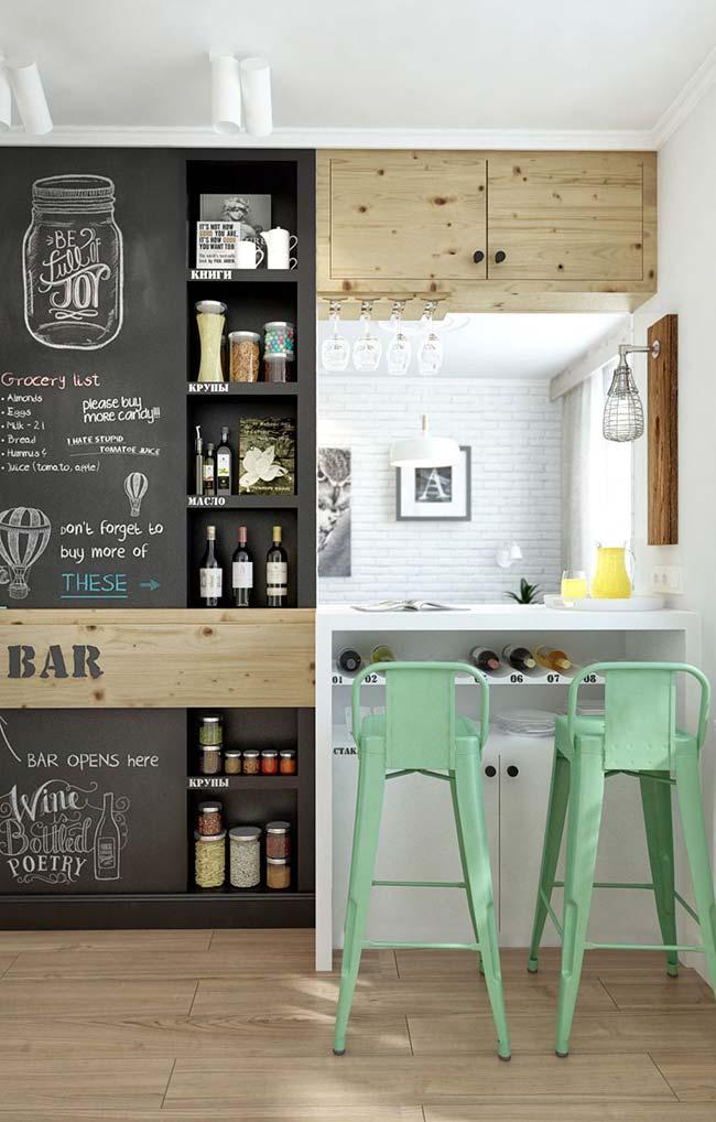 A cozinha é pequena, mas o estilo e a personalidade são enormes