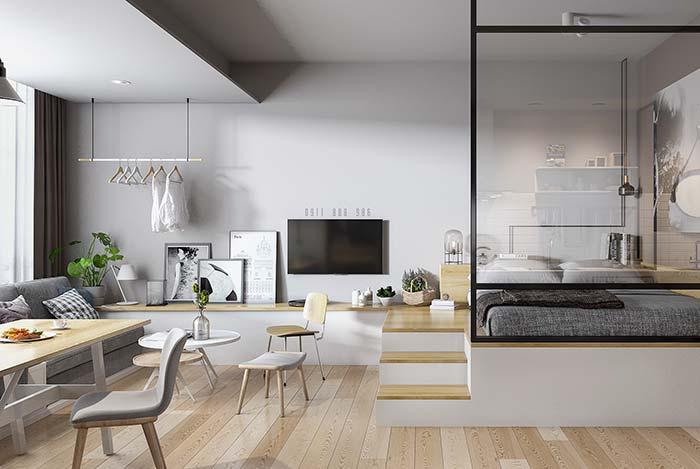 Deixar os móveis um nível acima do chão é um truque muito utilizado em espaços reduzidos para causar a sensação de amplitude