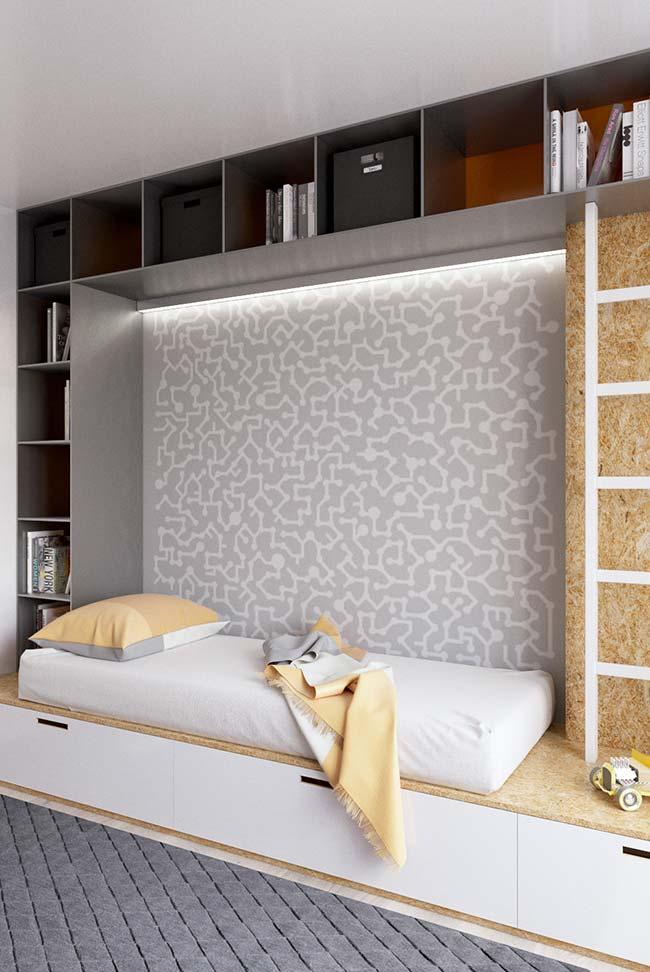 Quartinho infantil possui cama embutida com nichos e gavetões