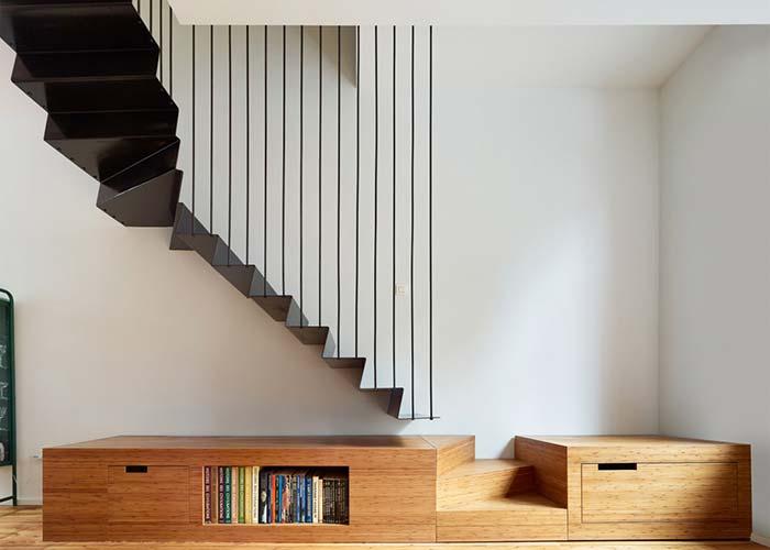 Um ótimo lugar para colocar um móvel planejado é debaixo da escada