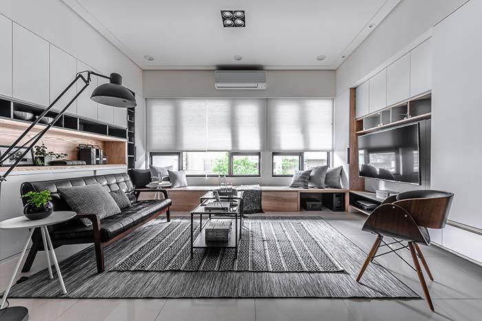 Móveis planejados: a sala ampla priorizou o uso de armários altos e embutidos para ficar com aparência ainda maior