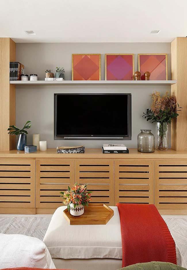 Para essa sala o tom castanho foi o escolhido para realçar a parede da TV