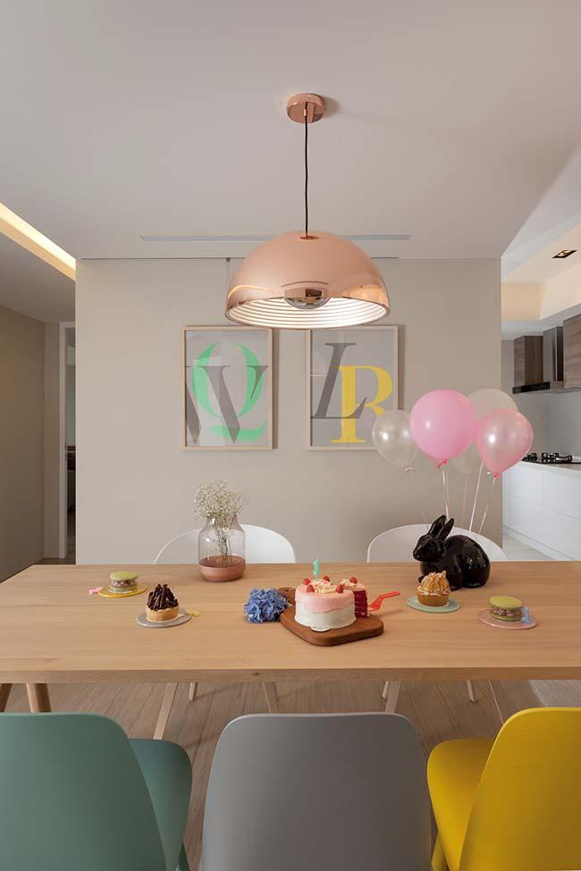 E que tal mesclar tom de creme nas paredes e cores vibrantes na decoração?