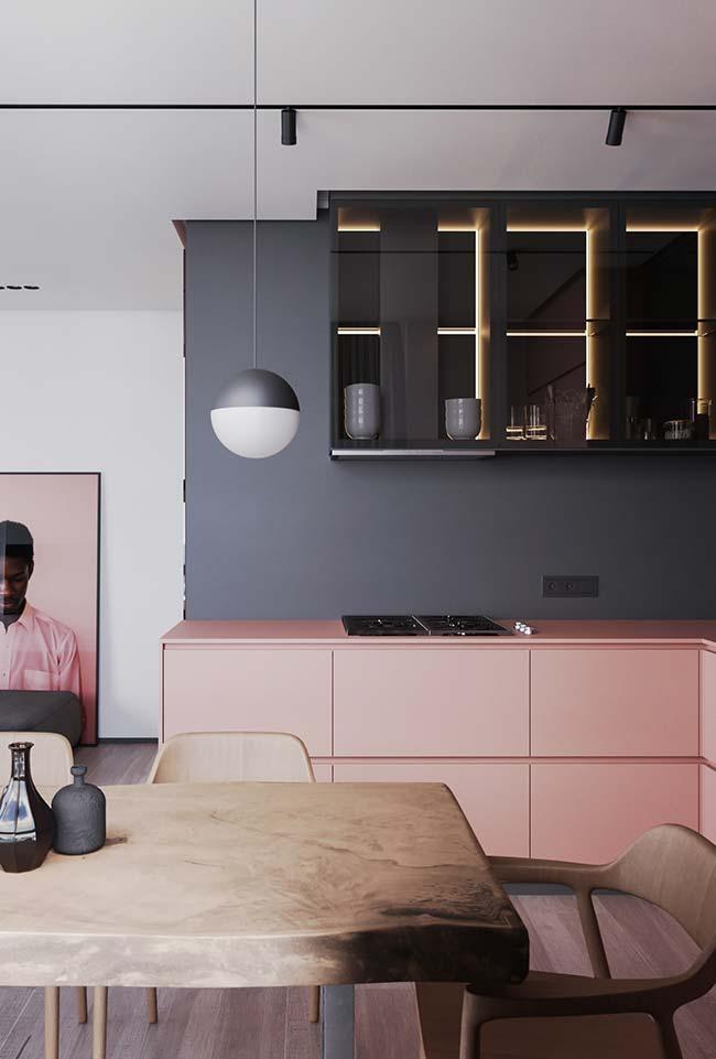 A combinação entre o cinza fosco na parede e o rosa do armário é puro charme romântico, mas sem pieguice