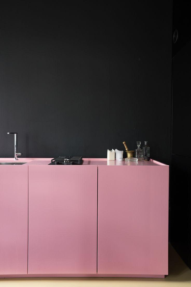 Total black: para os mais ousados vale apostar em uma parede preta com armário cor de rosa