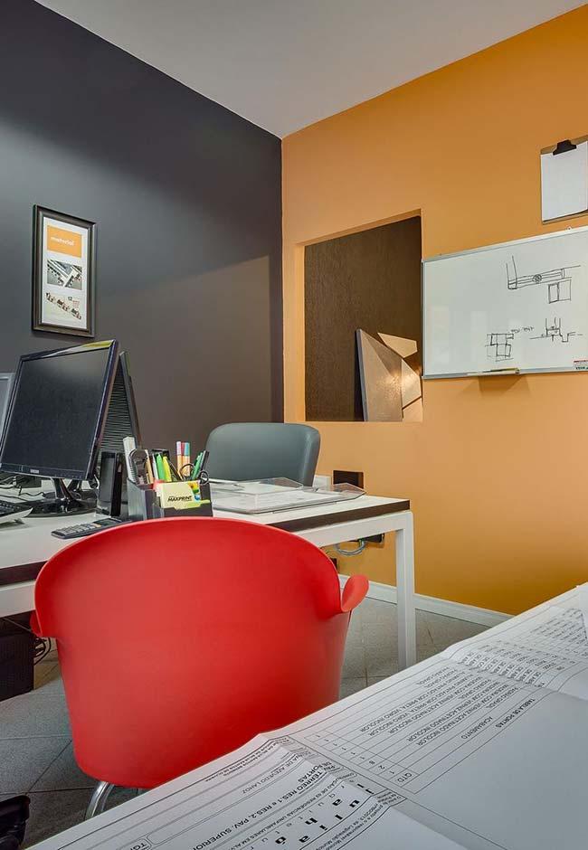 A combinação do tom laranja caramelo com o preto nas paredes gerou força, vitalidade e personalidade para o escritório