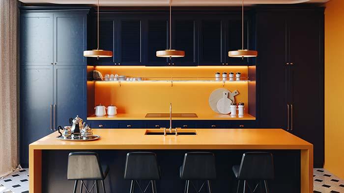 paredes laranjas e armários azuis