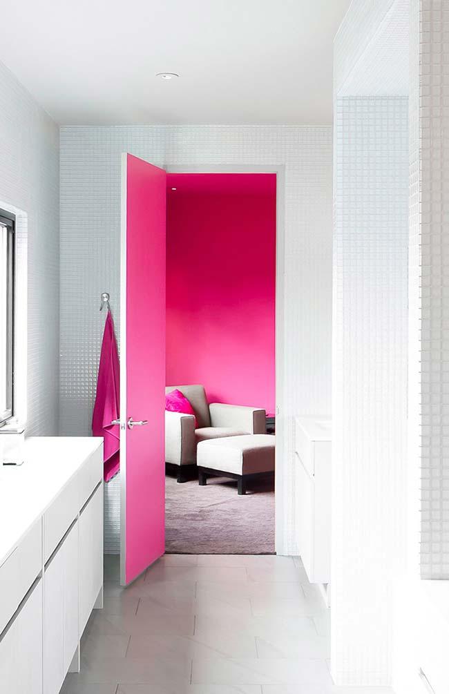 E eis que do ambiente todo branco surge uma sala vibrante de paredes cor de rosa fúchsia