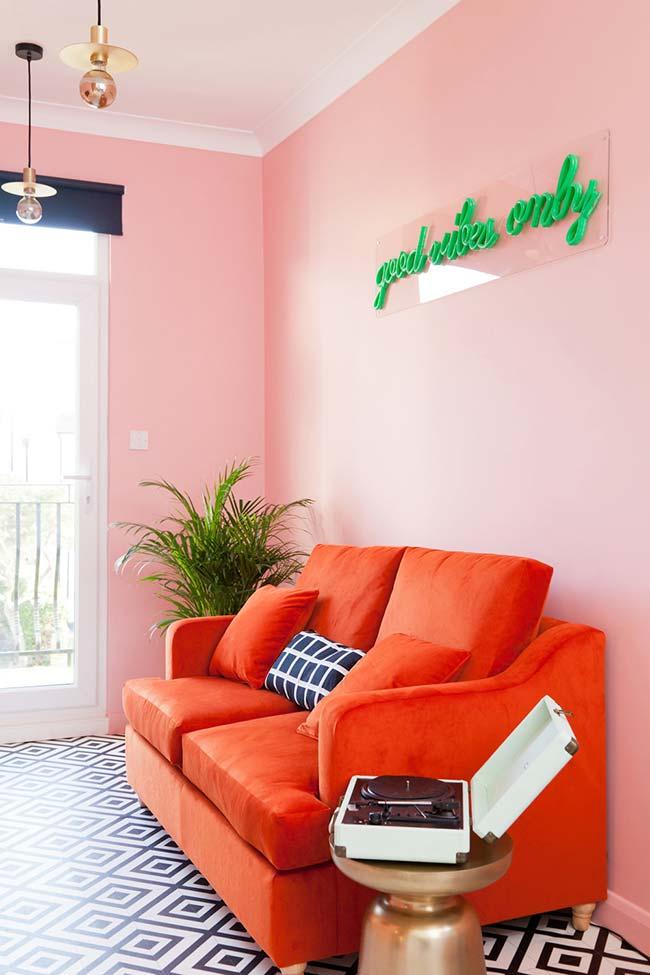 Moderna e cheia de vida: o rosa na parede em harmonia com a análoga laranja