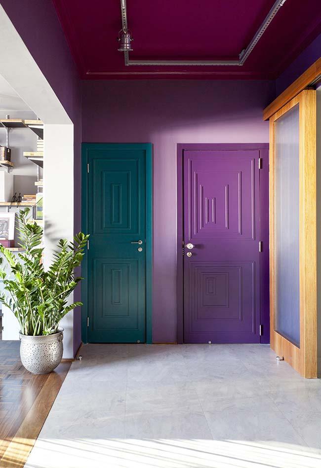 Combinação de cores análogas nesse ambiente: roxo, em dois tons, azul e rosa