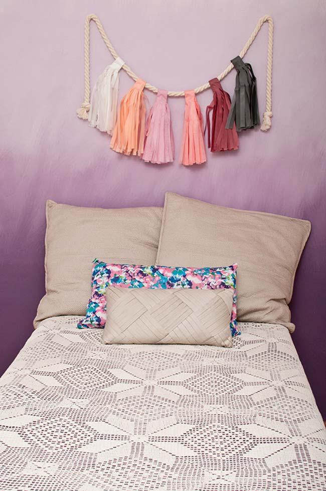 Crie um efeito esfumado e degradê na parede; para isso invista em tons variados de roxo