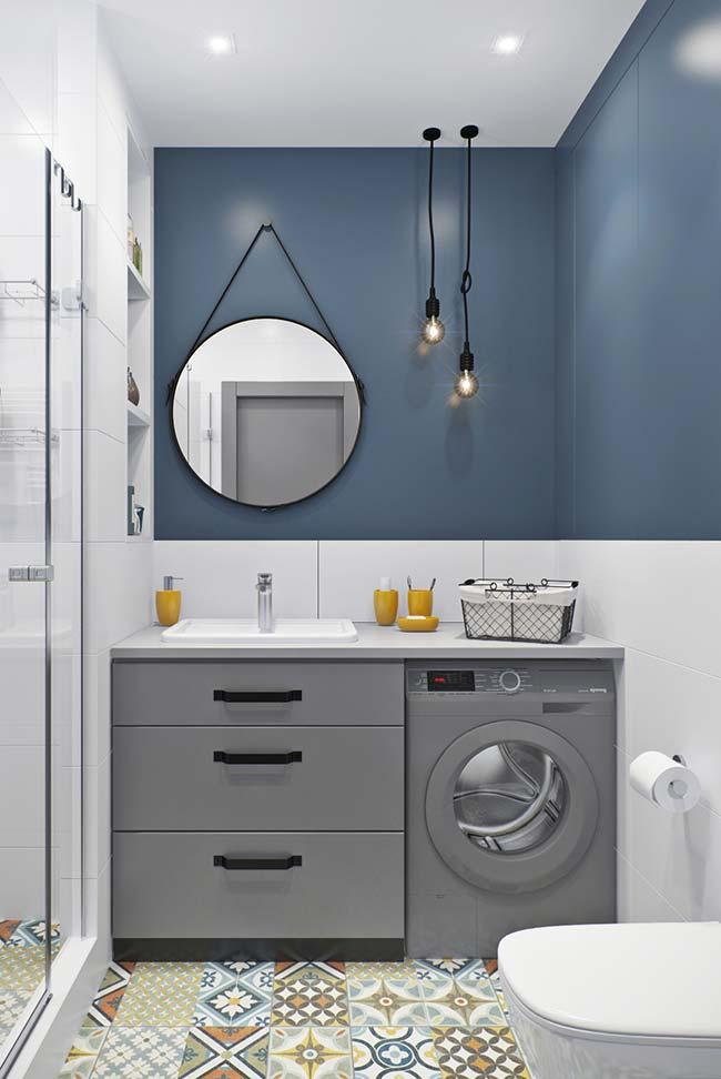 Banheiro de parede azul com armário cinza
