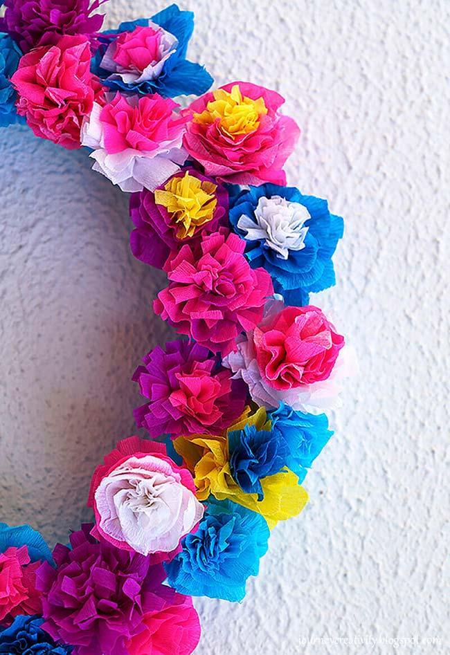 Guirlanda de flores super coloridas: decoração com papel crepom para decorar paredes ou portas