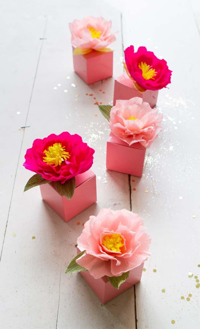 Flores de papel crepom decorando caixinhas de lembrancinhas