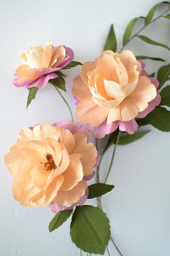 Um arranjo completo: além das flores, use o papel crepom verde para fazer as folhas e ordene-as em um arranjo lindo