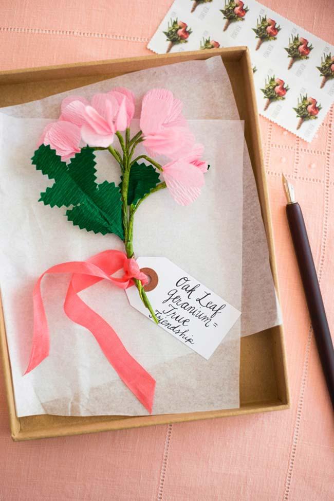 Flores de papel crepom como presente super delicado e cheio de afeto