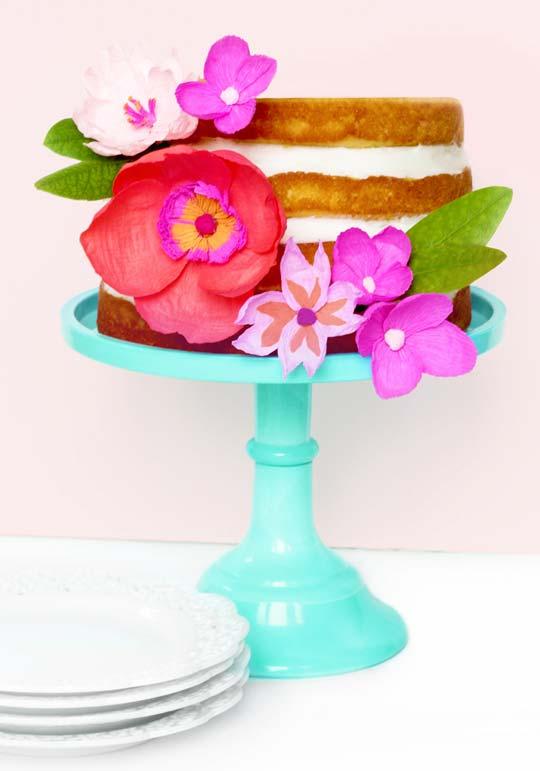 Você pode usar também as flores de papel crepom para fazer uma decoração de primavera em um naked cake