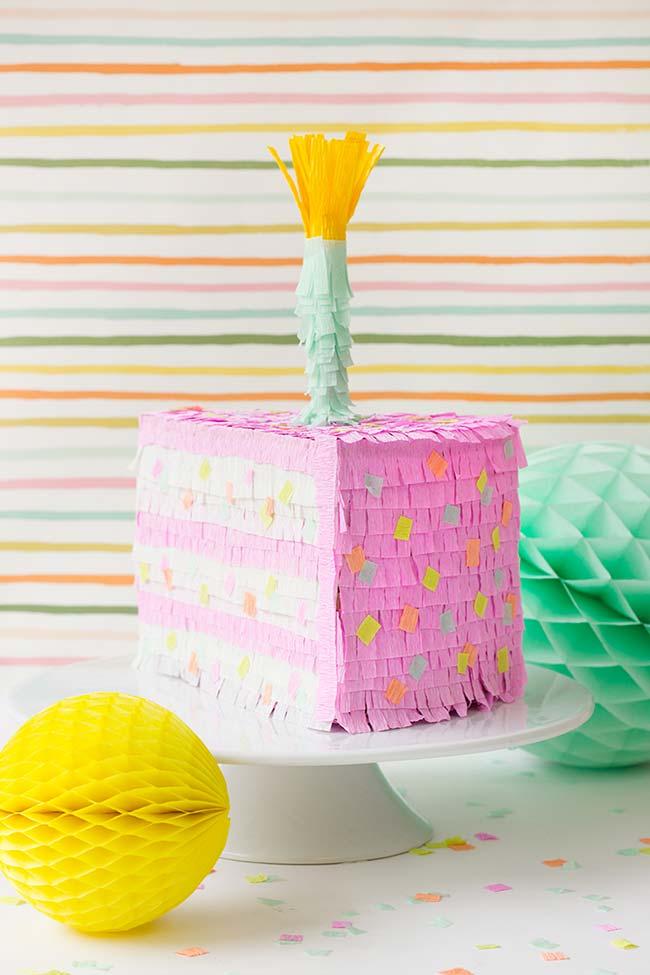 Você também pode criar a decoração do seu bolo fake em papel crepom