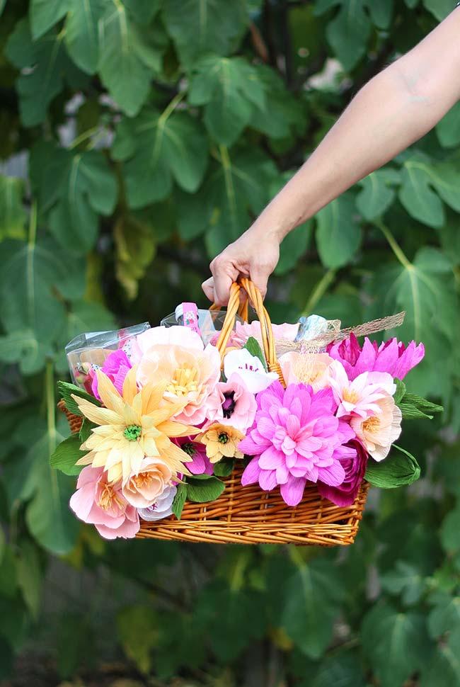 As flores de papel crepom ficam lindas em arranjos e ainda que sejam delicadas como as flores naturais