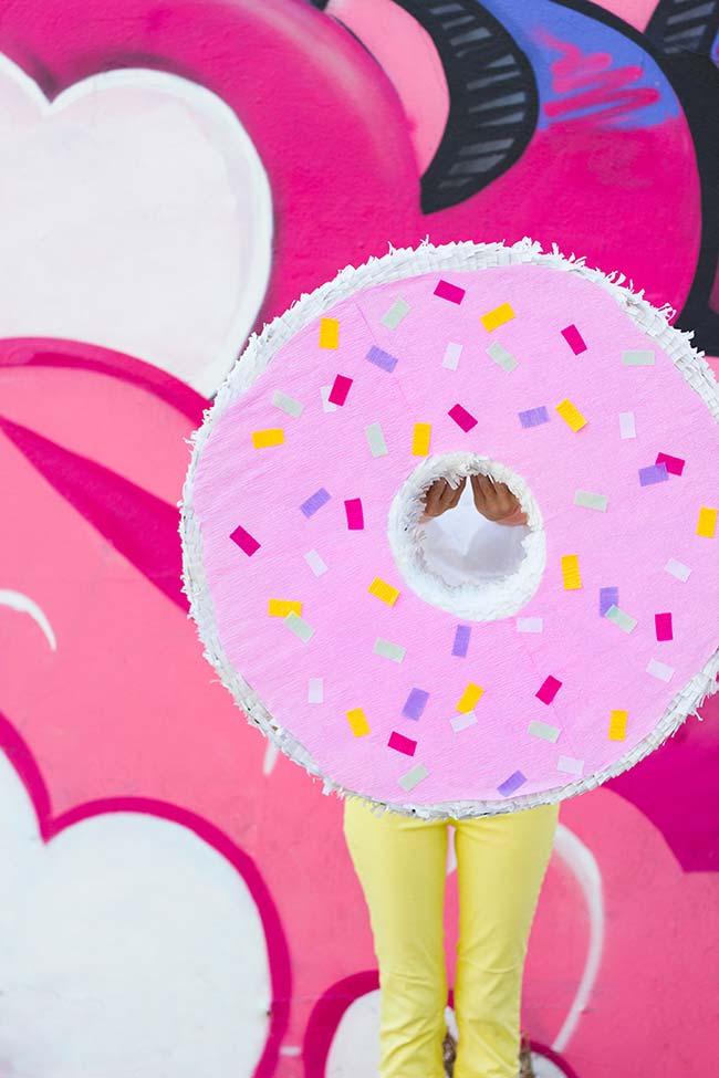Um Donut gigante com confeitos coloridos de papel crepom