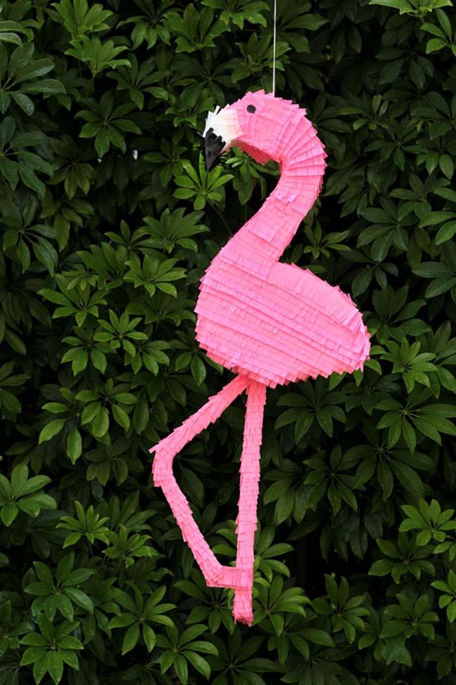 Piñata flamingo em papel crepom: uma ideia para as festas de verão