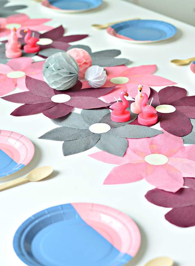 Outro tipo de flor em papel crepom: essas aqui são bidimensionais e formam o caminho de mesa perfeito para festas