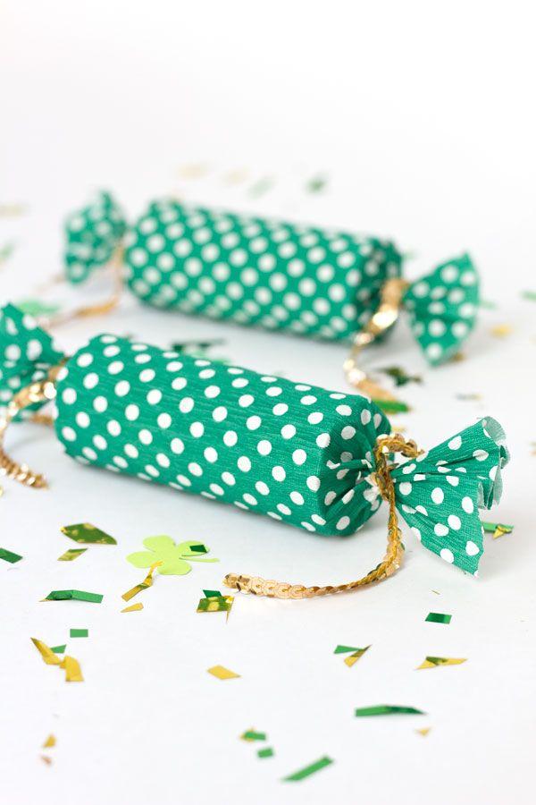 Use rolinhos de papel higiênico ou de papel toalha para dar a forma deste embrulho tipo bala com papel crepom