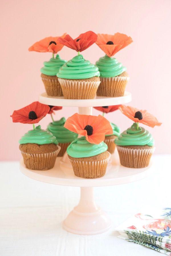 Flores fáceis em papel crepom também como topo de cupcakes