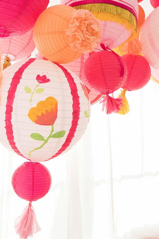 Você pode encontrar balões e luminárias de papel crepom super coloridas para decorar sua casa ou sua festa