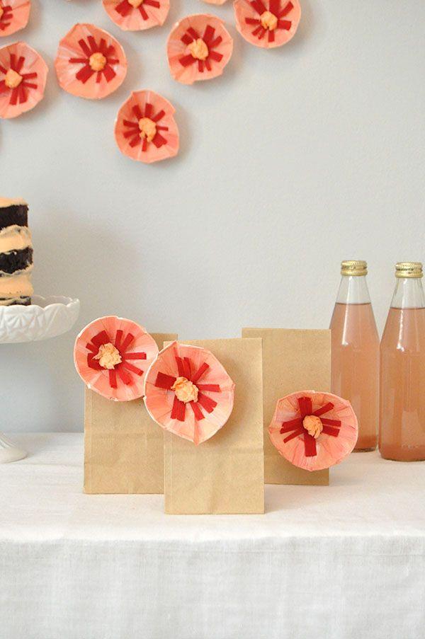 Uma festa toda florida: da decoração da parede até as lembrancinhas com flores de papel crepom