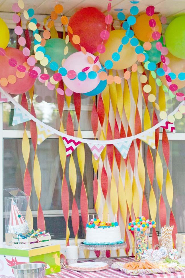 Uma decoração toda colorida e divertida para festa infantil em papel
