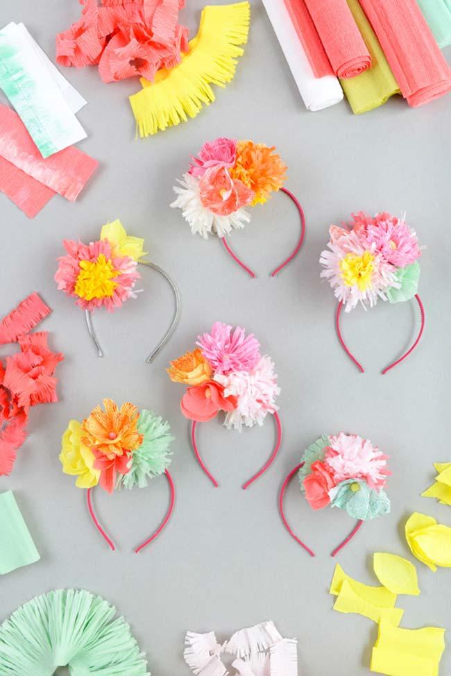 flores e enfeites de papel crepom em tiaras
