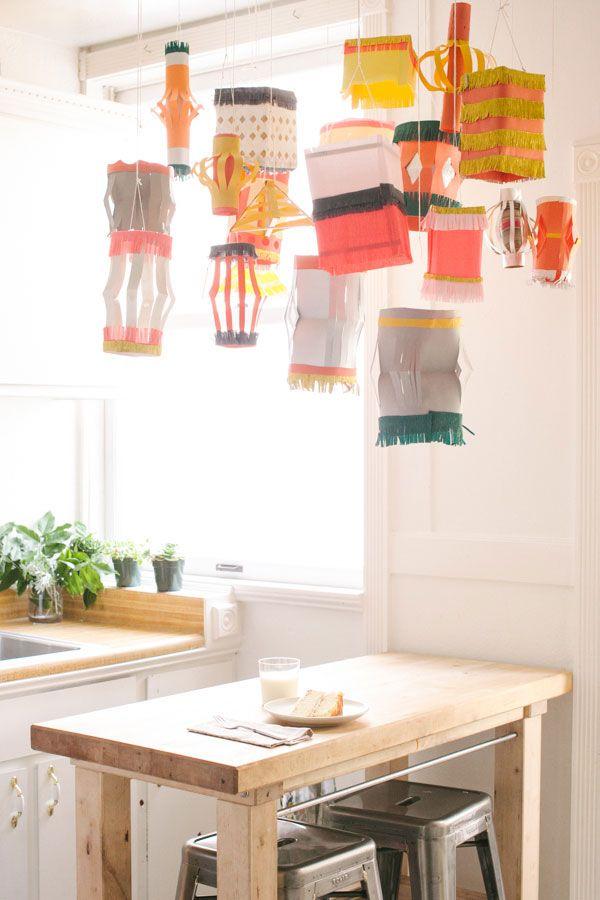 Coloque sua criatividade e crie diversos enfeites, balões e luminárias em papel crepom para decorar o seu teto