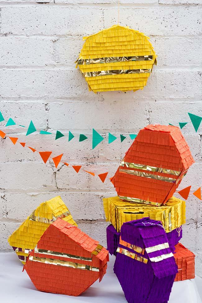 Os presentes embrulhados tirinha de papel crepom ganham um visual super divertido de piñata