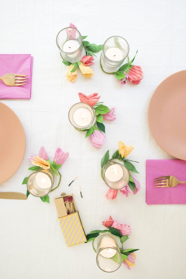 flores de papel crepom finalizam a decoração com mais cor