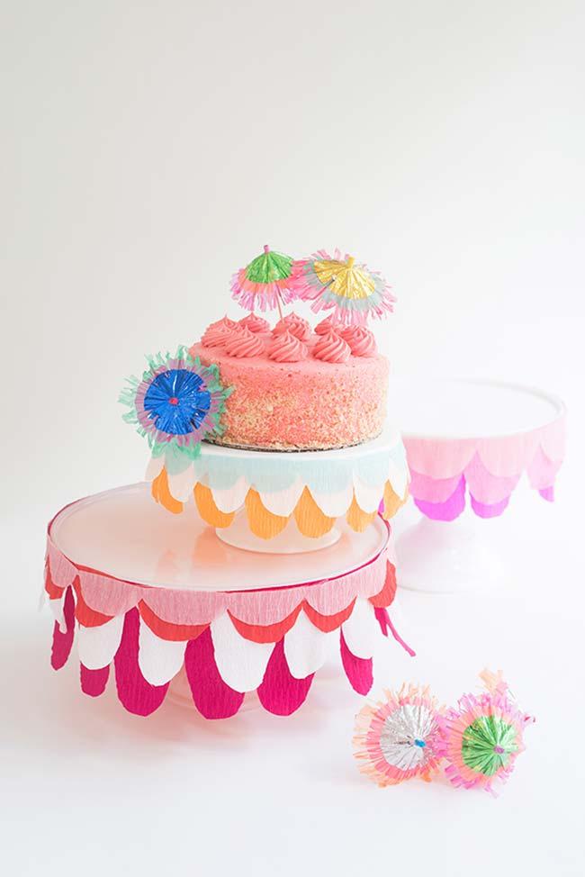 Uma saia para o seu pedestal para bolos muito mais bonita com papel crepom