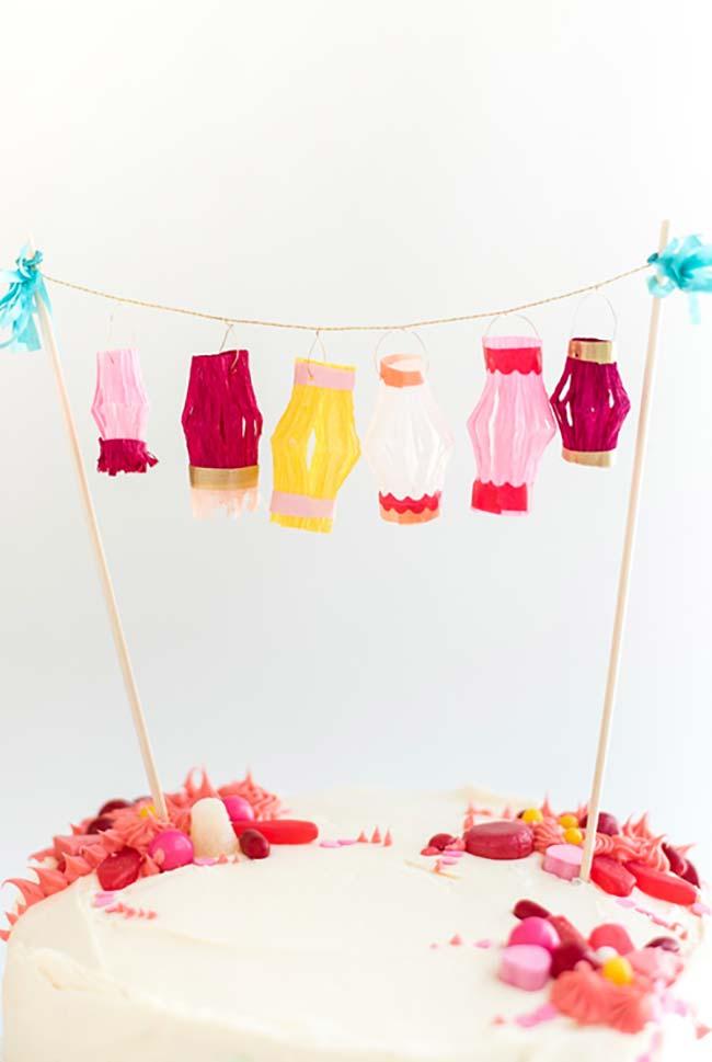 Varalzinho de balões em papel crepom como topping de bolo