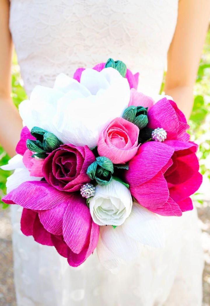 E para as noivas, que tal um buquê lindo e super colorido em papel crepom?