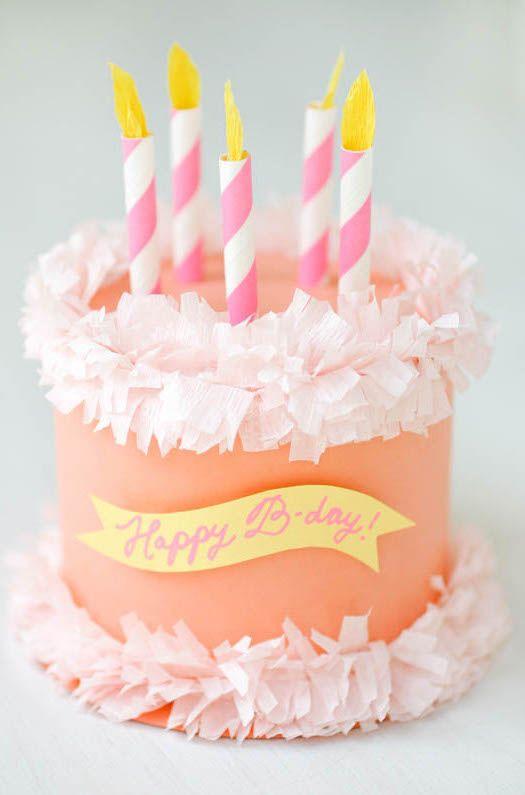 Outra ideia de bolo fake para decorar em papel crepom e comemorar o aniversário das crianças em grande estilo