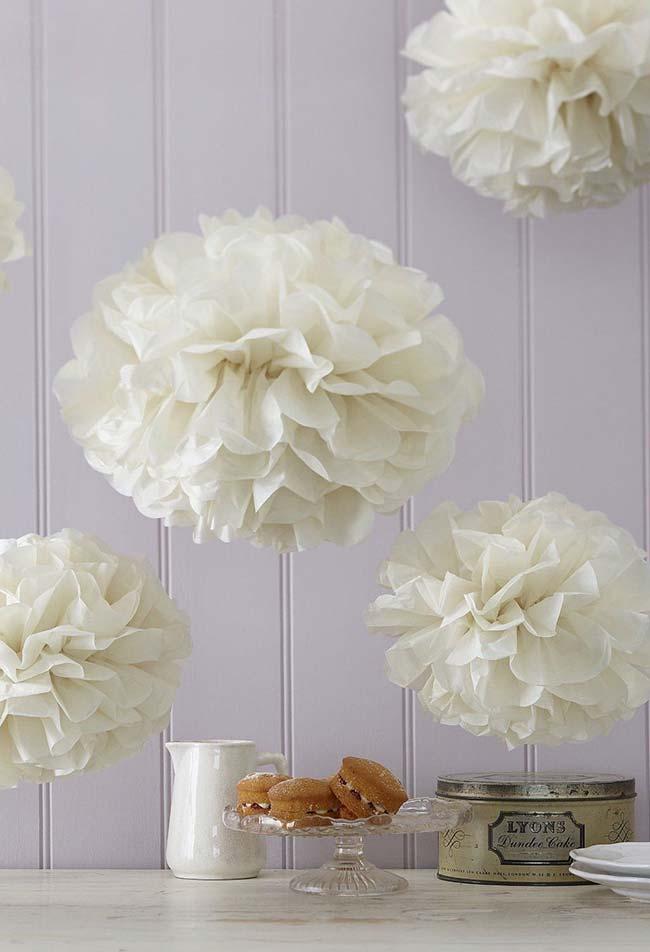 - Balões florido em papel crepom: em tons claros como estes, trazem mais elegância e leveza para a decoração