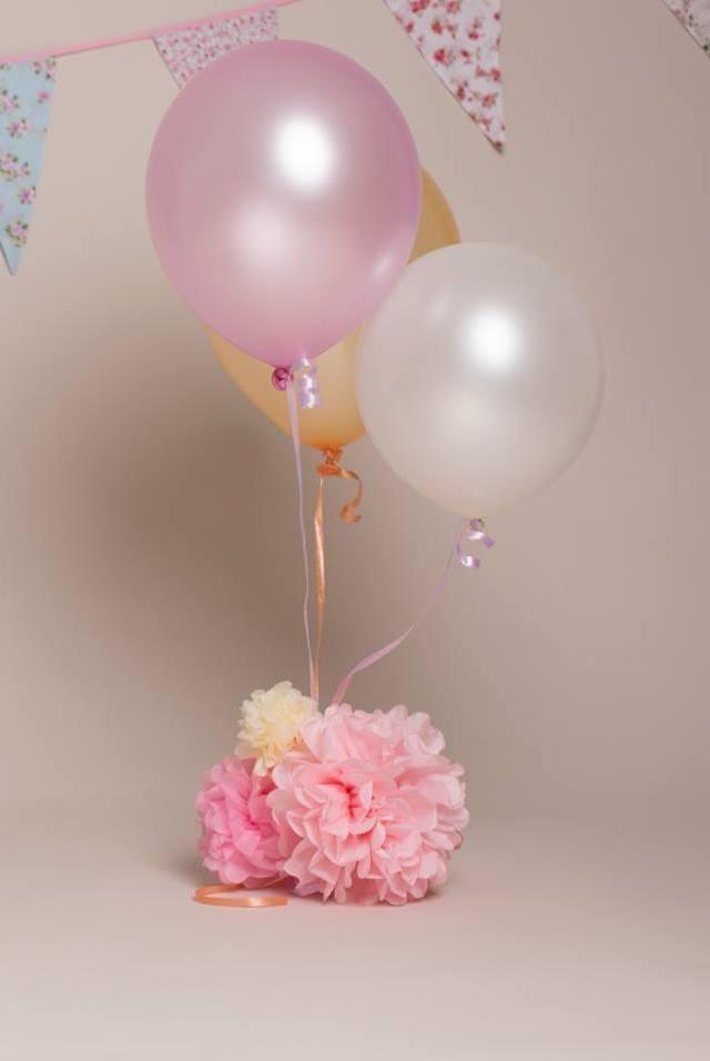 Arranjo de mesa com balão: cubra o peso dos balões com flores de papel crepom e traga mais charme para o seu arranjo