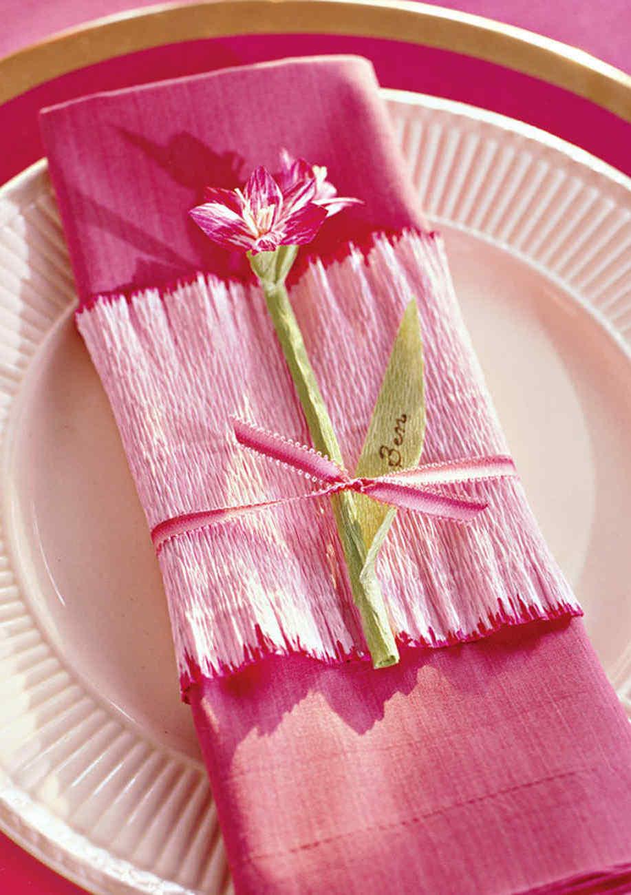 Anel para guardanapo de tecido em papel crepom: outra ideia super fofa, dessa vez para montar sua mesa
