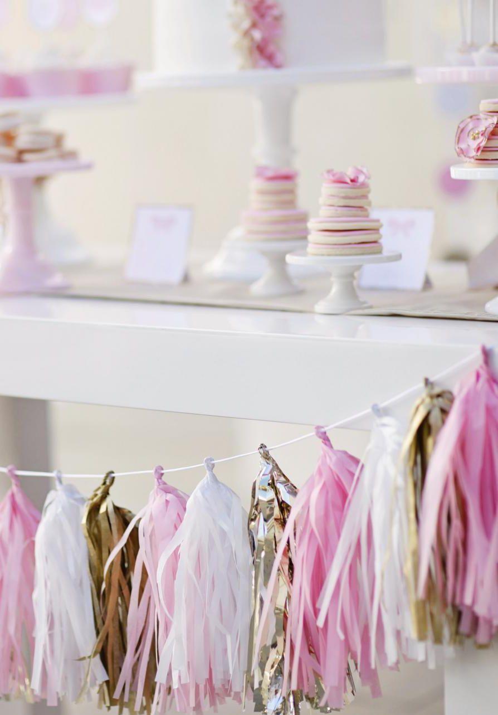 Use papel crepom de várias cores para fazer tassels em uma corrente para enfeitar a mesa ou a parede para festas