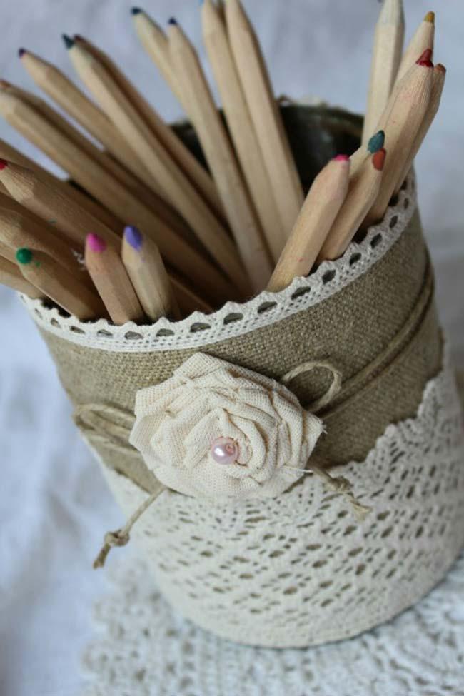 Porta lápis feito com latas recicladas, juta e crochê: artesanato sustentável, rústico e lindo de viver
