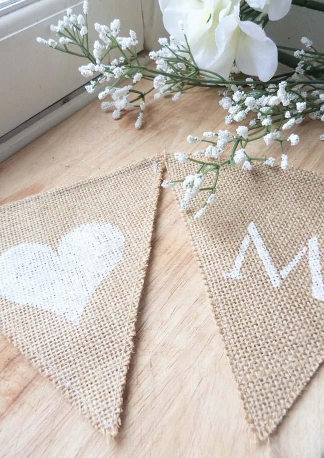 Bandeirolas feitas de juta com pintura branca: use-as para decorar festas de casamento ou aniversário