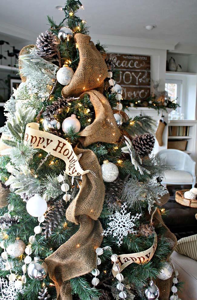 Decore a árvore de natal com tiras de juta