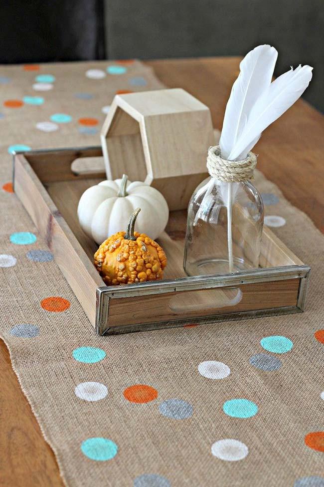 Decoração com juta: para a mesa de jantar una o tradicional tecido de juta com a clássica estampa de poá