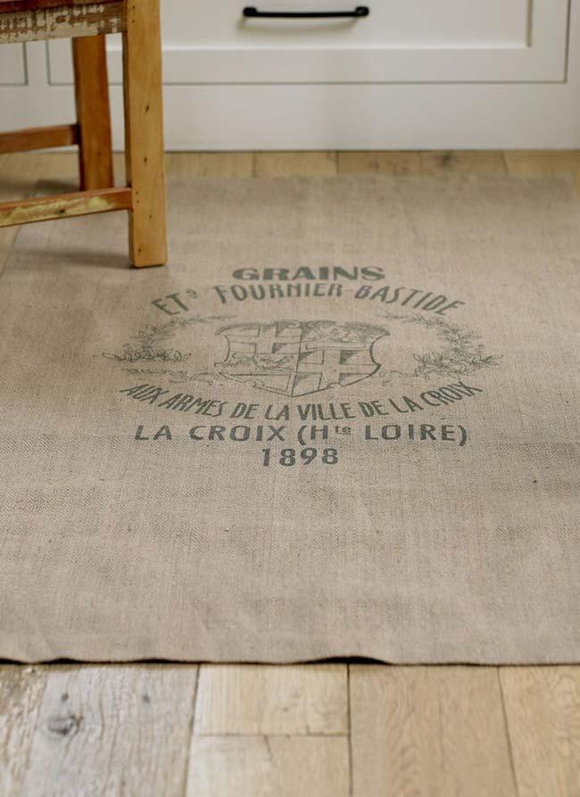 Decore o chão com um tapete de juta estampado