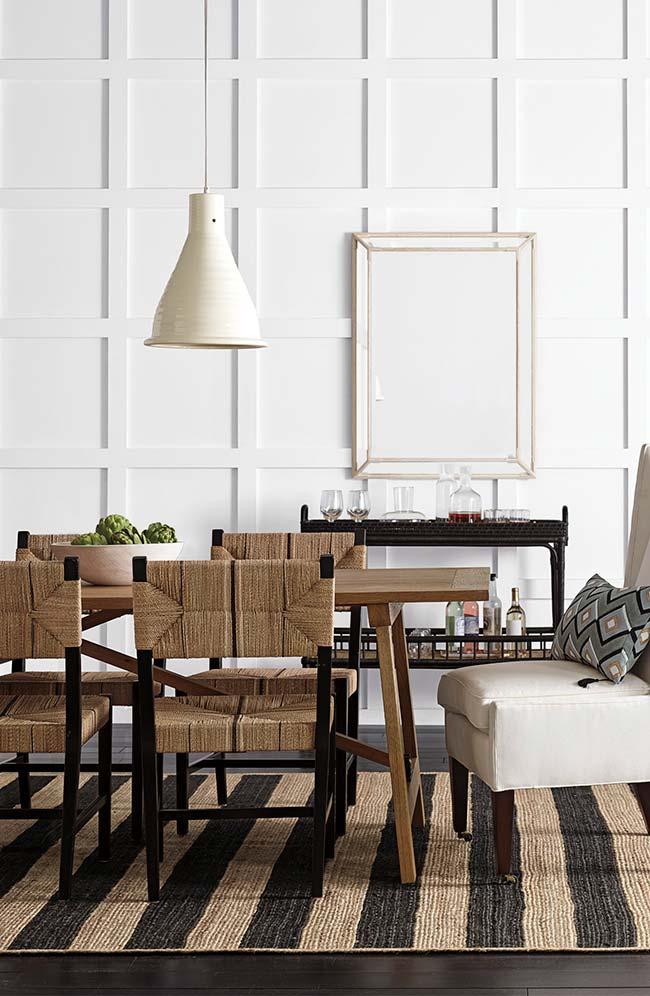 Nessa sala de jantar, a juta foi usada nas cadeiras e no tapete